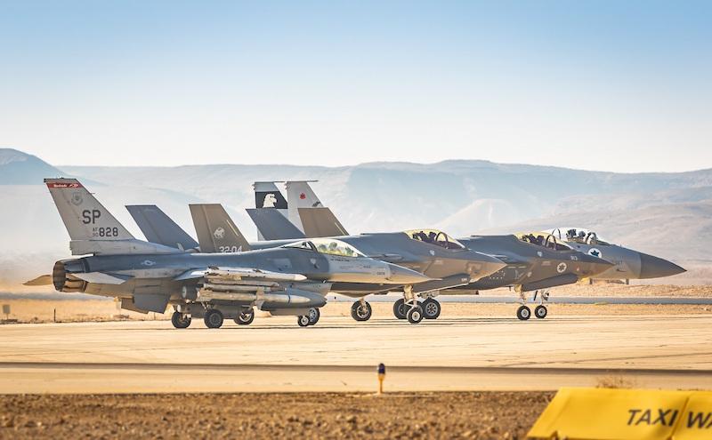 Alcuni degli aerei impegnati nell'esercitazione: da sinistra a destra, un F-16CM statunitense, un F-35A italiano e due velivoli israeliani, un F-35I e un F-15. (Foto IAF)