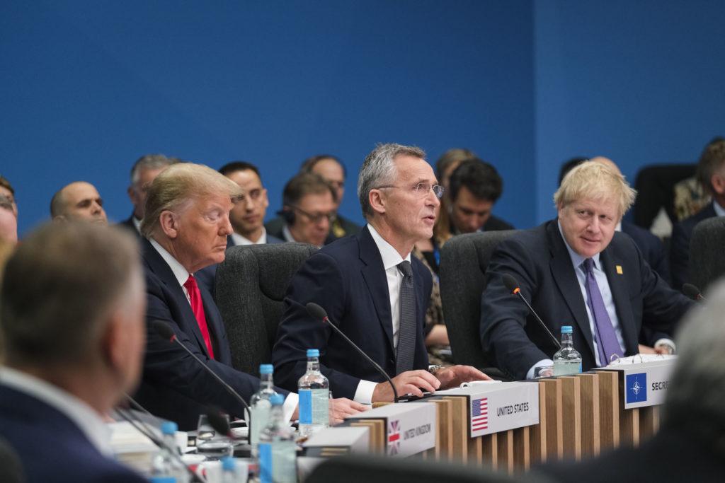 Da sinsitra, il presidente degli USA Donald J. Trump, il Segretario generale della NATO Jens Stoltenberg e il Primo Ministro del Regno Unito, Boris Johnson. (Fonte: NATO)