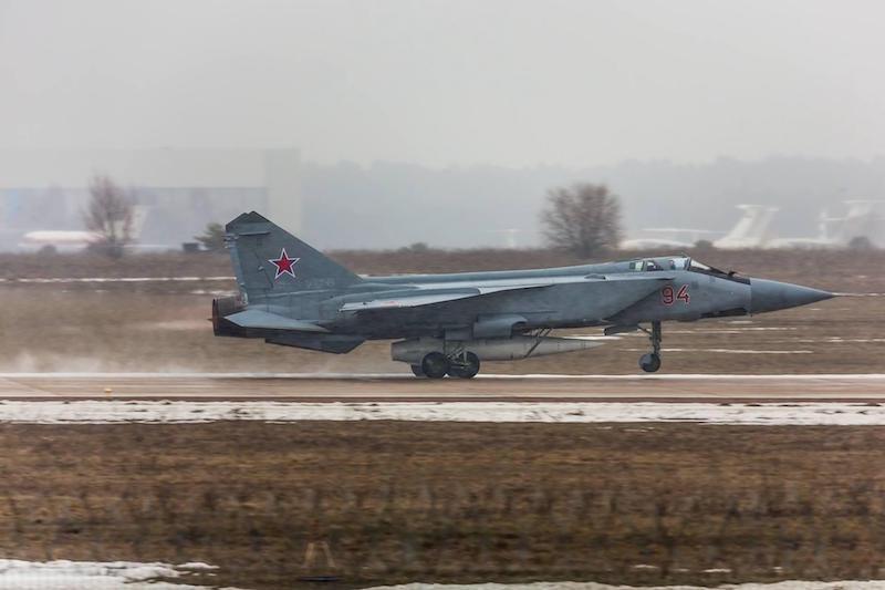 Un altro MiG-31K armato con il Kh-47M2 Kinzhal, in fase di decollo. (Fonte: Aeronautica Militare russa)