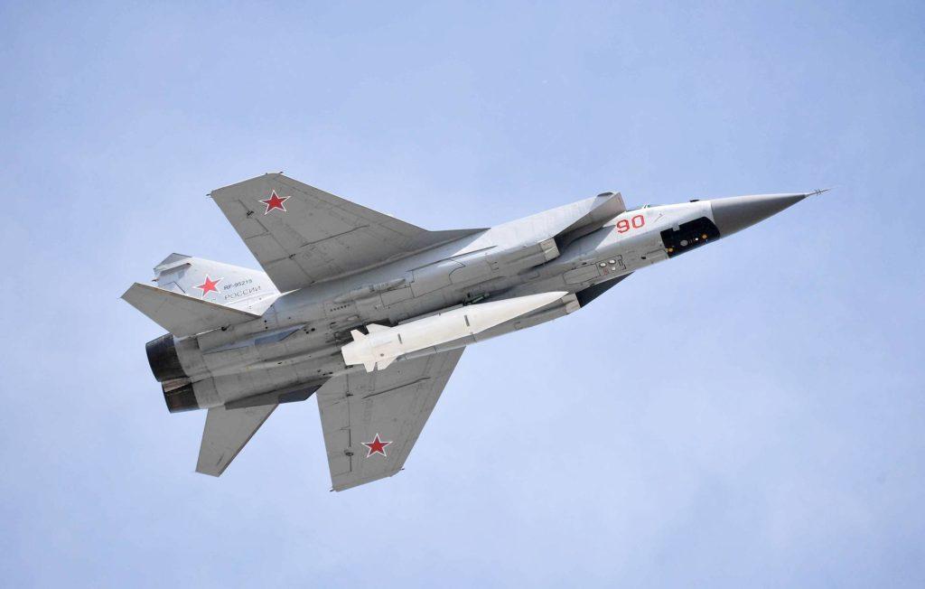 MiG-31K armato con missile ipersonico Kinzhal mentre sorvola la Piazza Rossa di Mosca il 9 maggio 2018, in occasione del 73° anniversario della vittoria sulla Germania nazista nella Seconda guerra mondiale. (©Alexei Nikolsky, Ufficio presidenziale per la Stampa e l'Informazione)