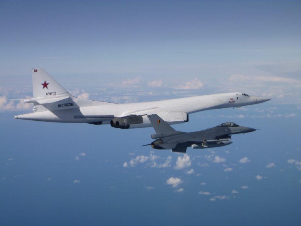 Un F-16 belga scorta un bombardiere russo Tu-160 su acque internazionali nel Mar Baltico, lo scorso 17 settembre, nell'ambito della missione di Air Policing della NATO. (Foto: Aeronautica belga)