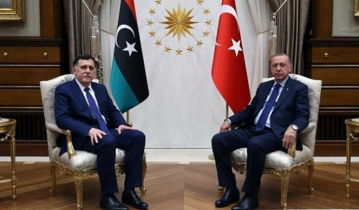 Da sinistra, il leader del Governo di Accordo Nazionale libico, Fayez al-Serraj, e il presidente turco Recep Tayyip Erdogan, firmatari lo scorso 27 novembre di un accordo di cooperazione militare che prevede l'invio di truppe turche in Libia per contribuire alla difesa di Tripoli dall'offensiva del generale Haftar.  Libia Erdogan invia truppe  Libia Erdogan invia truppe
