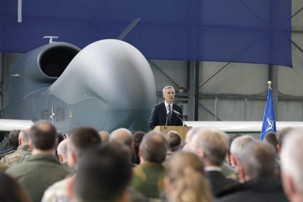 Il Segretario Generale della NATO, Jens Stoltenberg, durante il discorso pronunciato a Sigonella il 17 gennaio per l'inaugurazione dell'Alliance Ground Surveillance. (NATO)