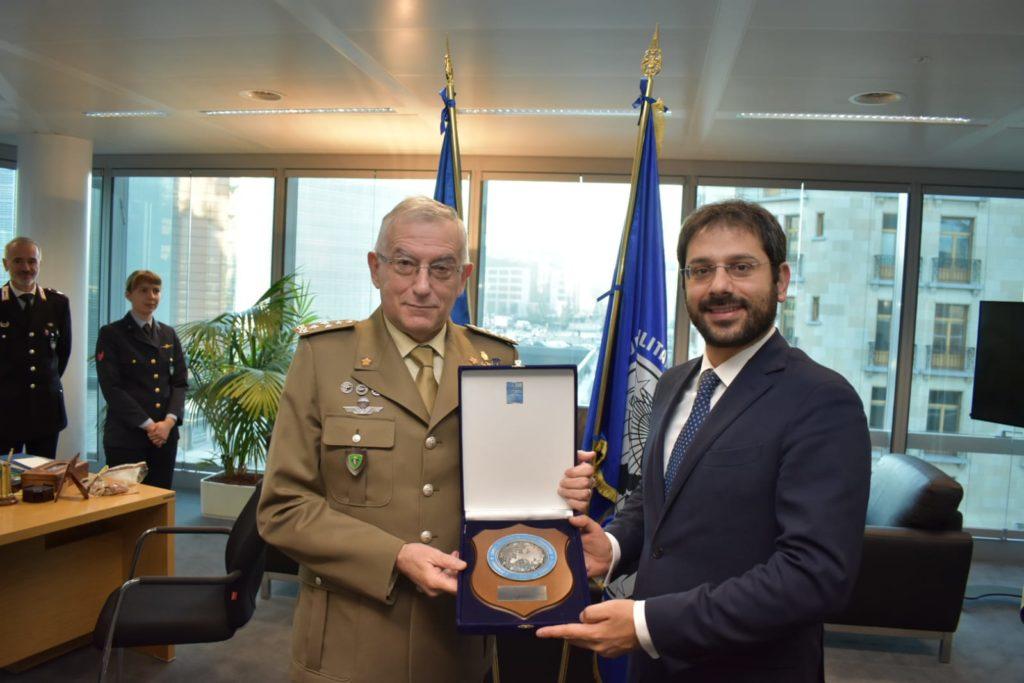 Il generale Claudio Graziano, Presidente del Comitato Militare dell'Unione Europea, e il sottosegretario Tofalo. (Ministero della Difesa)   Italia Comando Operazioni Spaziali  Italia Comando Operazioni Spaziali