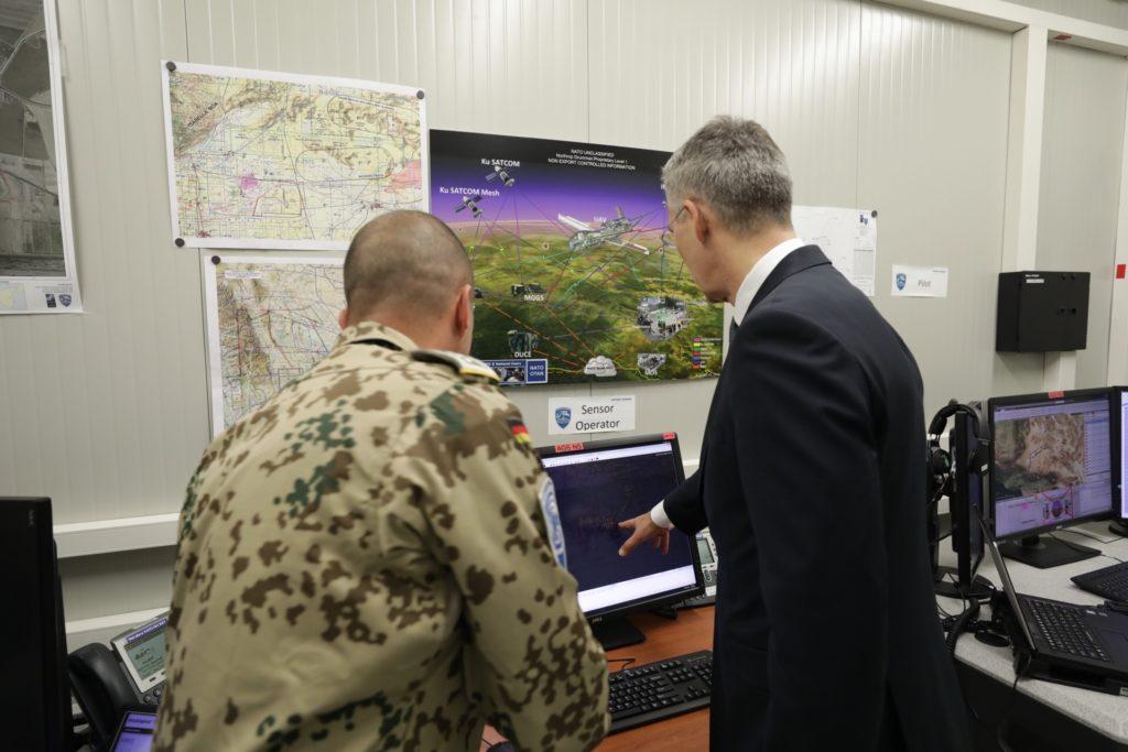 Stoltenberg viene informato circa il funzionamento del segmento terrestre del sistema AGS. (NATO)