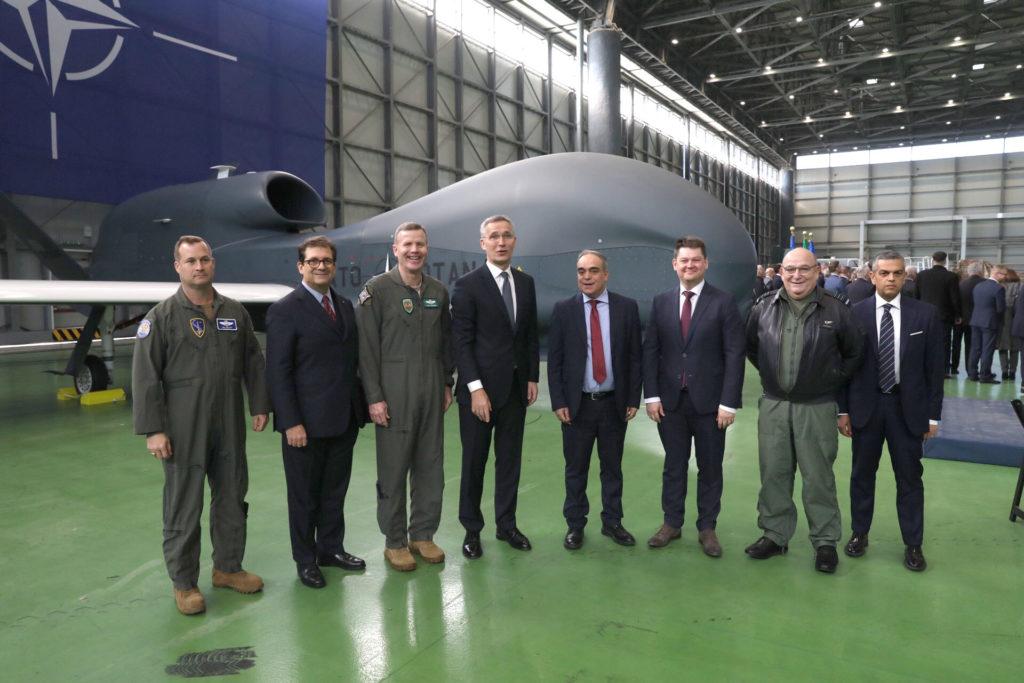 Alla cerimonia hanno partecipato, oltre a Stoltenberg, anche il Sottosegretario alla Difesa Giulio Calvisi (quinto da sinistra), il Presidente del Comitato Militare dell'Alleanza, maresciallo dell'aria sir Stuart Peach (secondo da destra), e il Comandante Supremo delle Forze Alleate in Europa, generale Tod Wolters (terzo da sinistra). (NATO)