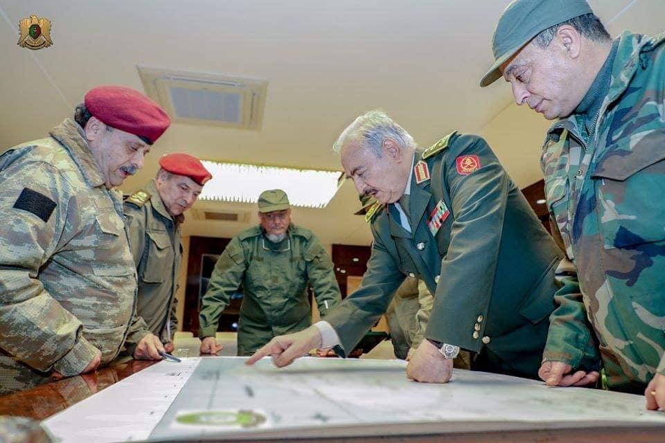 Il generale Khalifa Haftar con il suo stato maggiore. Ai primi di gennaio le forze dell'Esercito Nazionale Libico, fedele al governo non riconosciuto di Tobruk, sono avanzate fino a pochi chilometri dal centro di Tripoli. (Camera dei Rappresentanti di Tobruk)  Libia Erdogan invia truppe