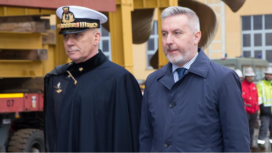 L'ammiraglio di squadra Giuseppe Cavo Dragone e il ministro della Difesa Lorenzo Guerini durante il varo della Nave Bianchi. (Marina Militare)  Fincantieri varato ultima FREMM