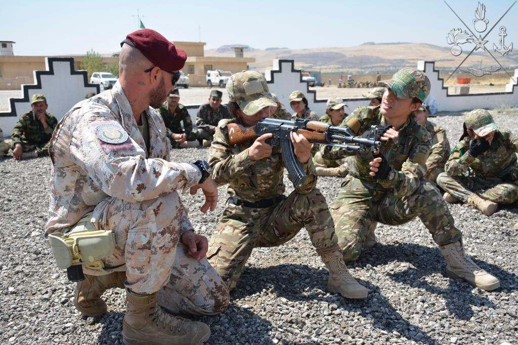 Formazione di istruttrici Peshmerga da parte di personale italiano della missione Prima Parthica. (Ministero della Difesa)