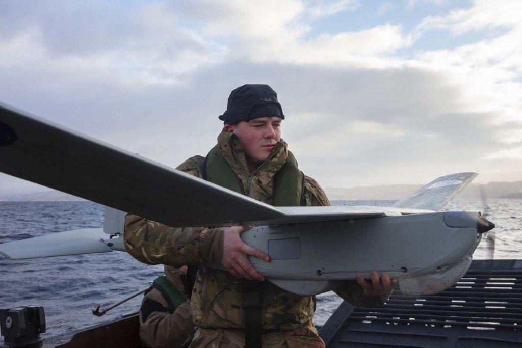 L'UAS (Unmanned Aircraft System) tattico Puma, di AeroVironment (Royal Navy)  testa droni condizioni artiche   testa droni condizioni artiche