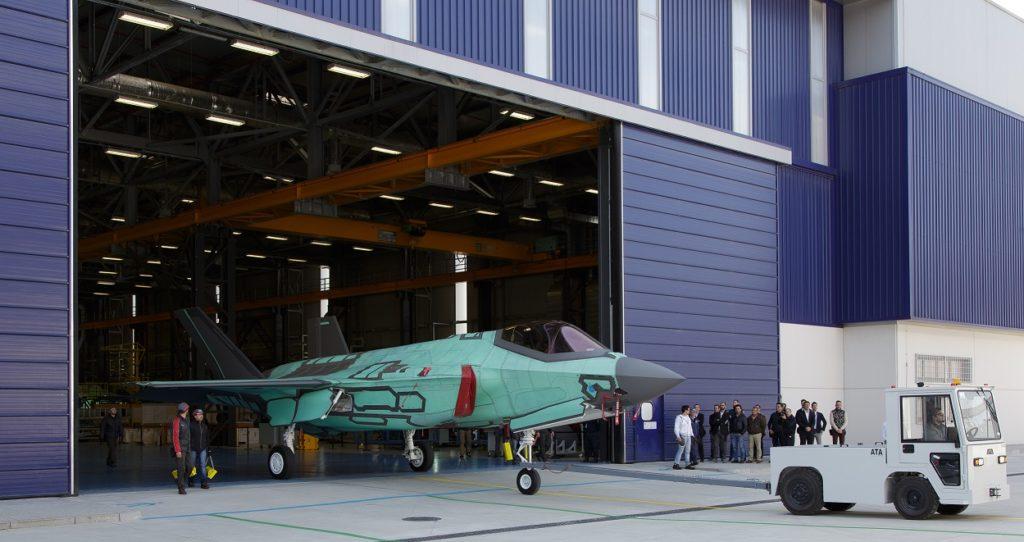 """Il primo F-35A italiano uscito dalla FACO (Final Assembly e Check Out) di Cameri, nel marzo del 2015, fu anche il primo Lightning II della variante a decollo e atterraggio convenzionale (indicata dalla """"A"""" nel nome) assemblato a livello internazionale. (Lockheed Martin)"""
