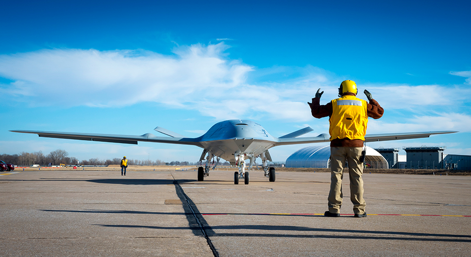 """La Marina statunitense ha ordinato altri esemplari di preserie del rifornitore aereo """"unmanned"""" basato su portaerei che estenderà il raggio d'azione dei velivoli imbarcati F/A-18 Super Hornet, EA-18G Growler e F-35C.  UAV MQ-25 Boeing   UAV MQ-25 Boeing"""