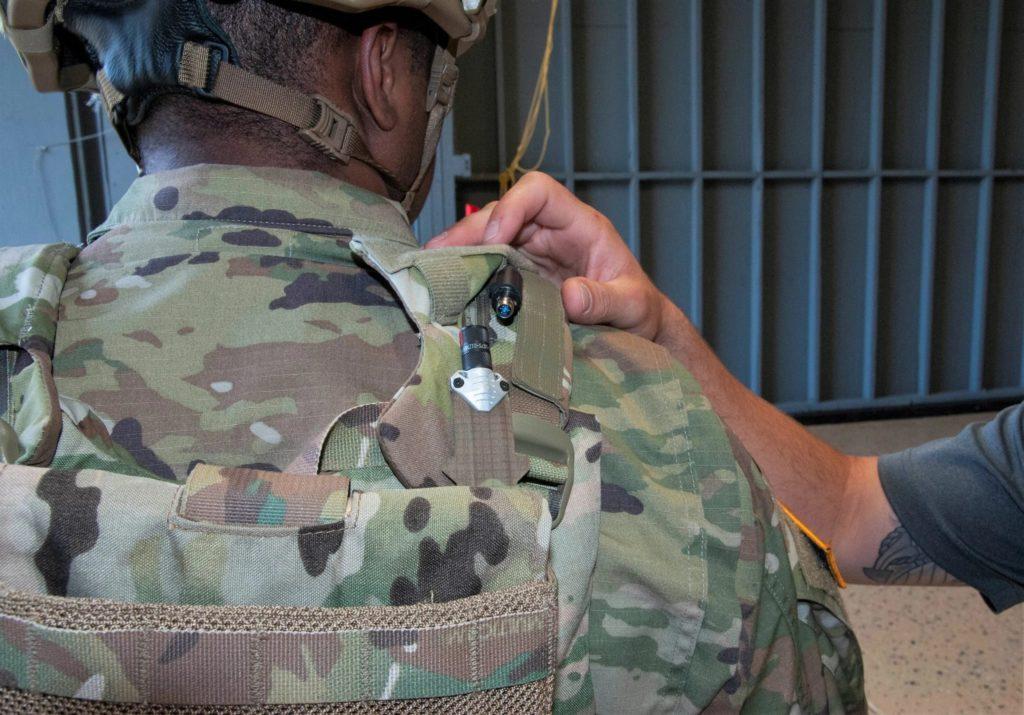 Un soldato statunitense effettua test con i cavi integrati flessibili sviluppati dall'US Army Futures Command. (US Army)  soldato cablato  soldato cablato  soldato cablato
