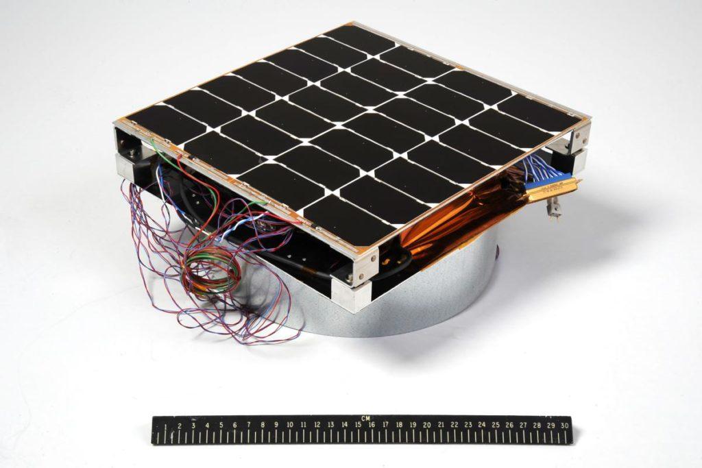 Immagine del modulo fotovoltaico per antenna a radiofrequenza (PRAM) con un righello da 12 pollici per la scala. ( Immagine da U.S. Naval Research Laboratory)   USA solare spaziale  USA solare spaziale