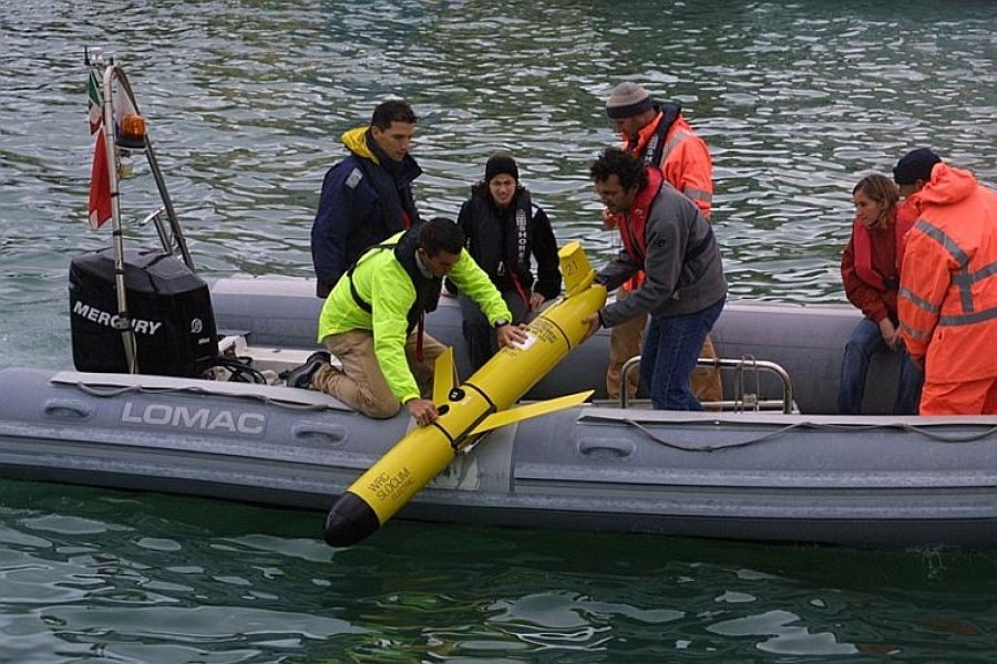 """La messa in acqua dell'AUV di Teledyne Marine durante l'esercitazione ASW """"Proud Manta"""" della NATO. Lo Slocum Glider può essere dispiegato da imbarcazioni di qualunque tipo. (NATO Undersea Research Center)"""