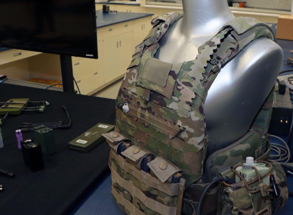 I cavi integrati di alimentazione assomigliano al tessuto di un'uniforme standard dell'US Army e si fondono perfettamente con il suo schema mimetico. (US Army)