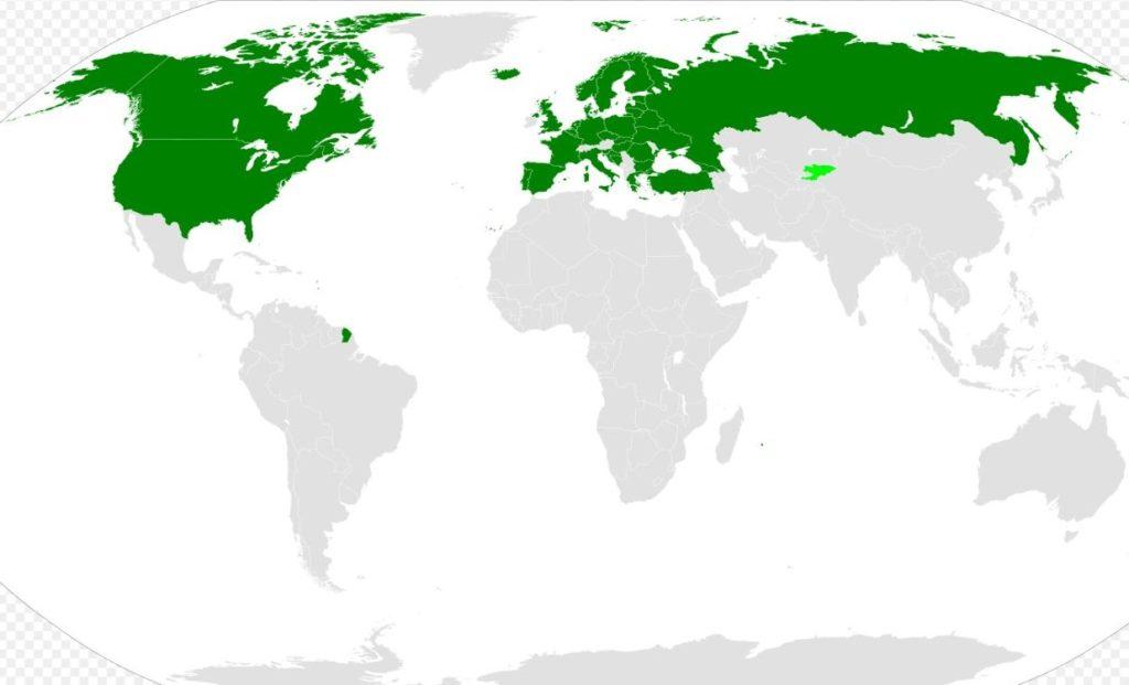 """In verde scuro i paesi che hanno firmato e ratificato il  """"Trattato sui Cieli Aperti""""; in verde chiaro, quelli che lo hanno firmato ma non ancora ratificato. (Wikipedia)"""