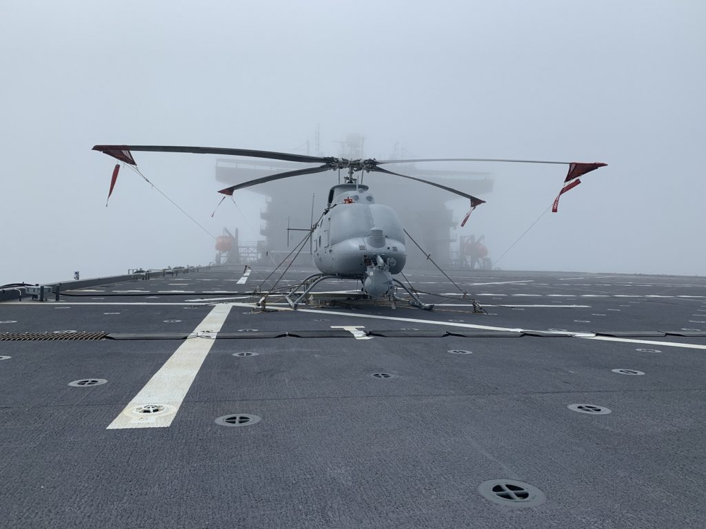"""Ad aprile 2020, l'MQ-8C ha completato il primo test di compatibilità per l'imbarco sulla Expeditionary Sea Base (ESB) Hershel """"Woody"""" Williams. (NAVAIR)"""