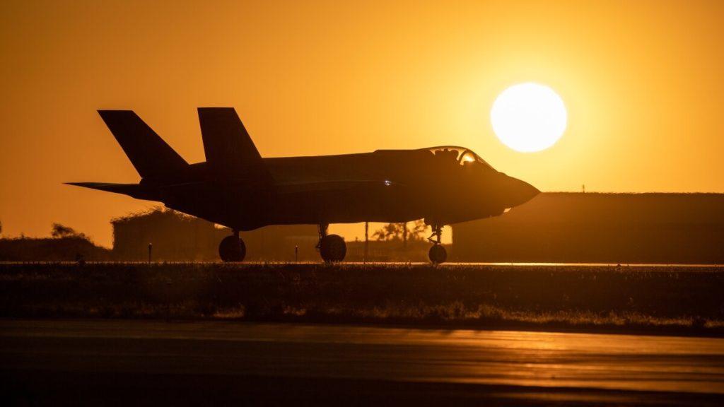 Un F-35A rulla sullo sfondo del sole al tramonto taxis prima di decollare dalla Hill Air Force Base (Utah), il 20 agosto 2019. (US Air Force)