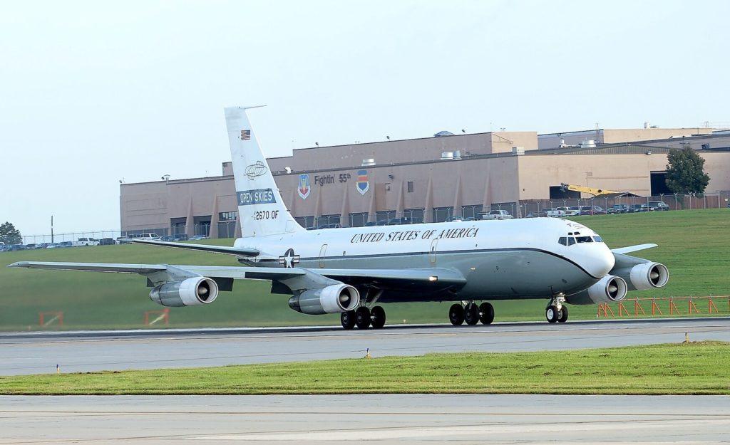 """Un quadrimotore Boeing OC-135 impiegato per le attività consentite dal """"Trattato sui Cieli Aperti"""" decolla il 14 settembre 2018 dalla base aerea di Offutt, Nebraska (USA). (Charles J. Haymond / US Air Force)  Open Skies"""