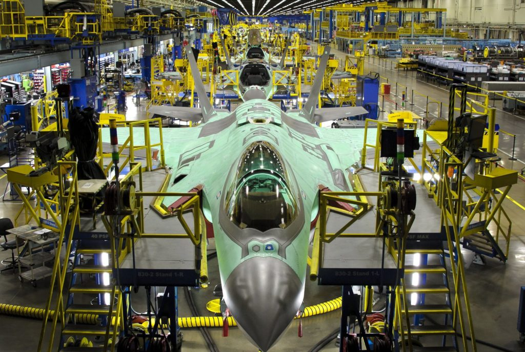 La linea di assemblaggio e di collaudo finale (FACO) degli F-35 a Cameri. Lo stabilimento del novarese è stato selezionato dal Governo statunitense come centro regionale europeo per la manutenzione pesante, riparazione, revisione e aggiornamento della cellula (MRO&U).