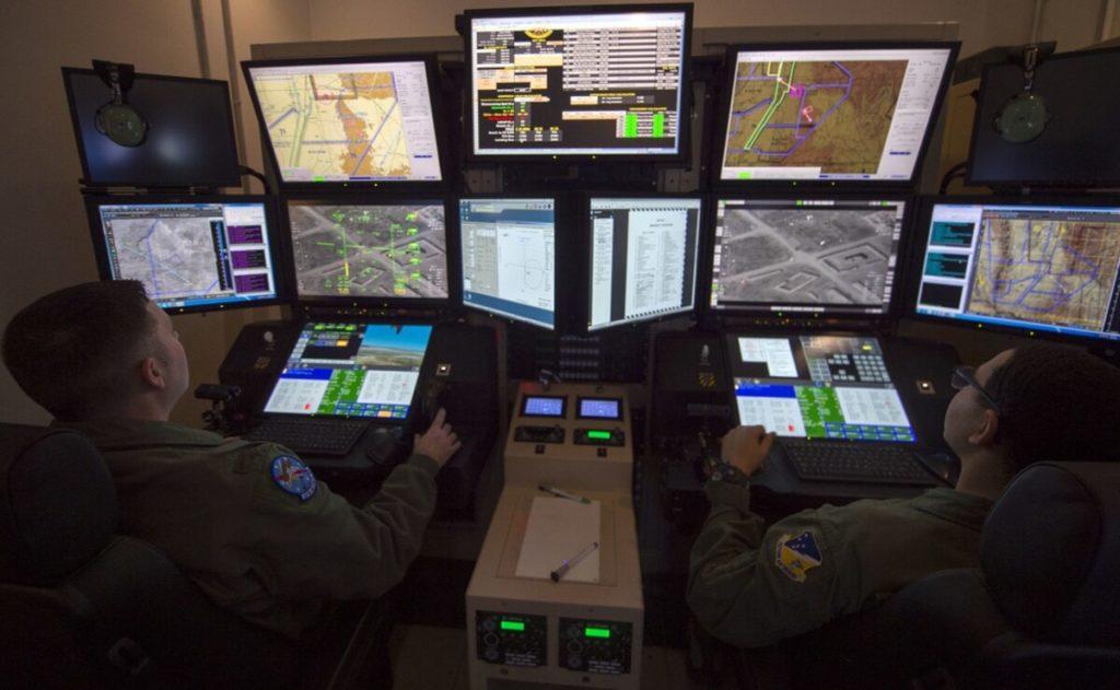 Un allievo pilota e un allievo operatore dei sensori si addestrano con un simulatore di MQ-9, il 10 dicembre 2019, presso la base dell'USAF a Holloman (California). (US Air Force)  USAF droni  USAF droni  USAF droni  USAF droni  USAF droni  USAF droni