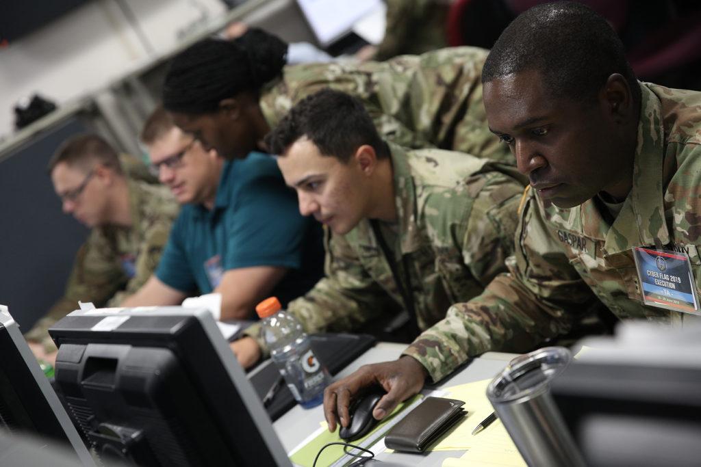 """Militari e civili statunitensi e di altre nazioni partner impegnati nell'esercitazione """"Cyber Flag"""" presso la Joint Training Facility di Suffolk, Virginia. (US Cyber Command Public Affairs Office)  Cyber Flag remoto  Cyber Flag remoto"""