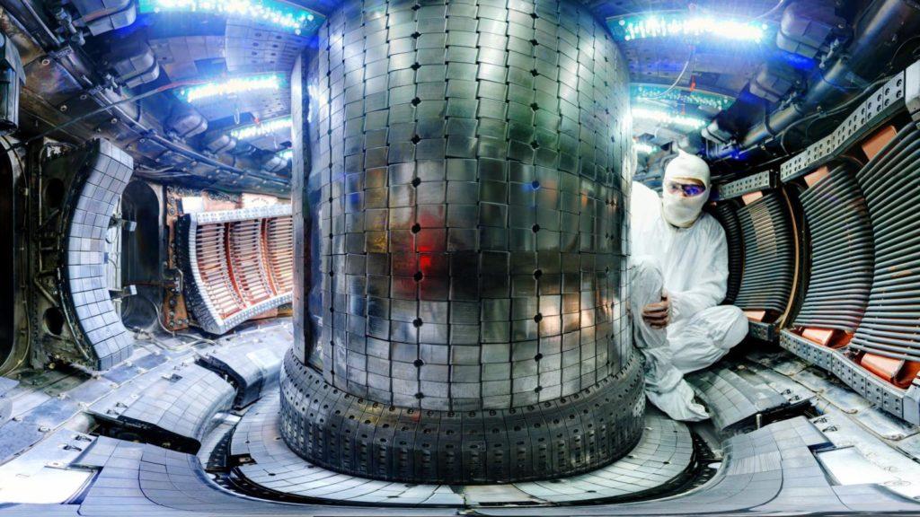 Una panoramica dell'interno di Alcator C-Mod, un tokamak compatto ad alto campo operativo presso il MIT dal 1993 al 2016. Questo esperimento è stato il terzo di una serie di macchine che ha dimostrato i vantaggi del funzionamento ad alto campo per l'energia di fusione. L'esperimento SPARC previsto sarebbe il quarto. (Foto di Bob Mumgaard da Brochure MIT - SPARC )