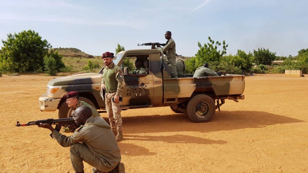 Militari italiani in Mali addestrano soldati locali nell'ambito della missione EUTM.  Deliberazione Missioni 2020  Deliberazione Missioni 2020  Deliberazione Missioni 2020