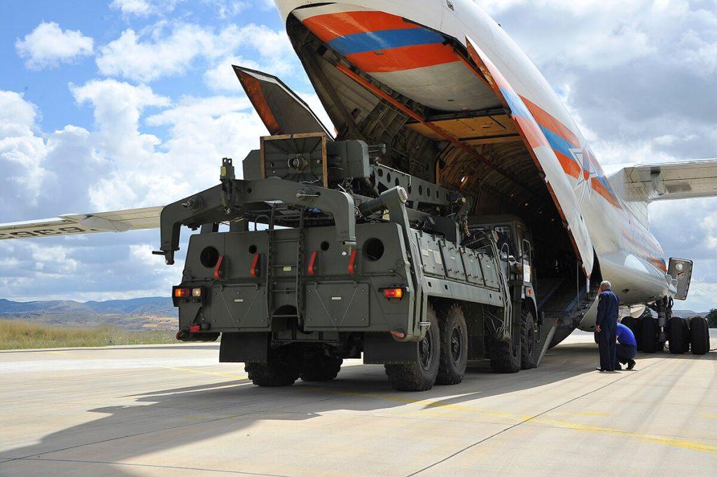 Un veicolo lanciatore e altre parti del sistema di difesa aerea S-400 vengono scaricati da un aereo da trasporto russo all'aeroporto militare Murted di Ankara, in Turchia, il 12 luglio 2019. (Ministero della Difesa turco)