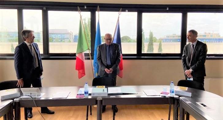 Da sinistra a destra: Enrico Bonetti (Chief Operational Officer di Naviris), l'ammiraglio Matteo Bisceglia (direttore di OCCAR) e Claude Centofanti, Chief Executive Officer della joint venture paritaria di Fincantieri e Naval Group. (Fincantieri)   Naviris R&T OCCAR