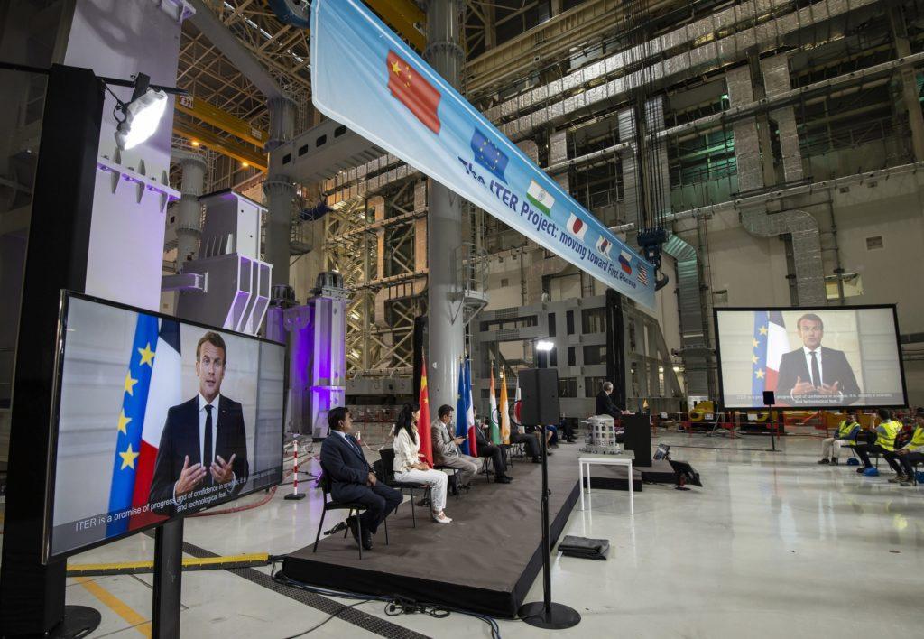 Rappresentanti di tutti i membri di ITER si uniscono (virtualmente) alla cerimonia di avvio dell'assemblea di ITER il 28 luglio 2020, ospitata dal presidente della Francia Emmanuel Macron. (Foto da: ITER)