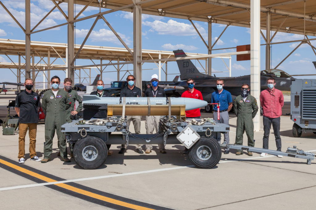 Membri del test team del Gray Wolf e del 416th Flight Test Squadron posano per una foto ricordo dopo il test di volo del 9 giugno 2020. (Air Force photo by Kyle Brazier)