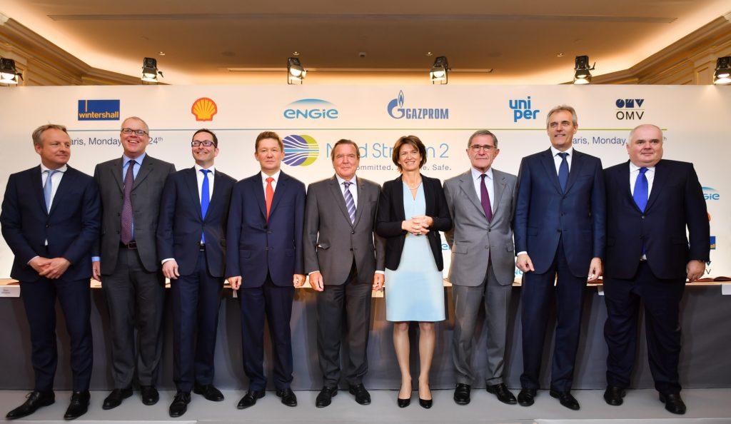Maarten Wetselaar, Klaus Schaefer, Mario Mehren, Alexey Miller, Gerhard Schroeder, Isabelle Kocher, Gerard Mestrallet, Rainer Seele e Matthias Warnig dopo la firma degli accordi finanziari per il Nord Stream 2 il 24 aprile 2017. (Foto da: Nord Stream 2)