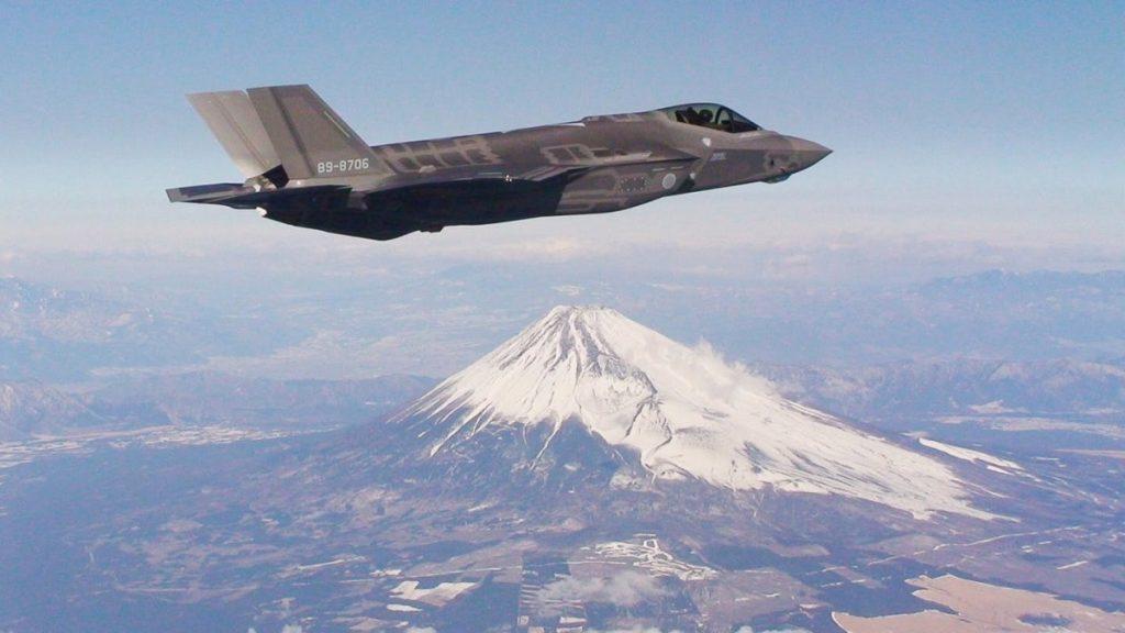 F-35A della JASDF (Japan Air Self-Defense Force) sullo sfondo del monte Fuji. Il Giappone acquisterà 105 velivoli di questa variante a decollo e atterraggio convenzionali, oltre a 42 F-35B.