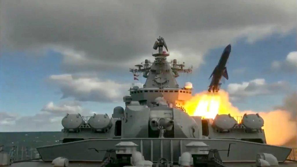 L'incrociatore russo Varyag lancia un missile da crociera durante l'esercitazione in corso nel Mare di Bering. Si tratta di un frame del video diffuso dal canale televisivo satellitare russo RT, finanziato dal Cremlino, che è possibile visionare più sotto nella pagina. (RT)  Russia esercitazione aeronavale Alaska  Russia esercitazione aeronavale Alaska   Russia esercitazione aeronavale Alaska