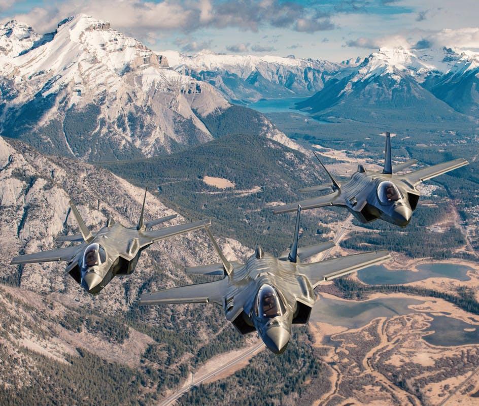 La concept art di Lockheed Martin raffigura tre F-35 dotati di parafreno (drag chute) opzionale, posizionato sulla sommità della parte posteriore della fusoliera, che non altera le caratteristiche stealth del Lightning II. (Lockheed Martin)