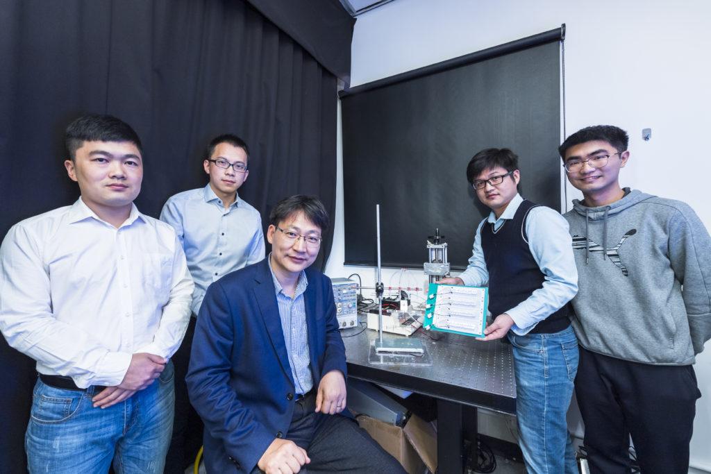 Alcuni membri del team di ricerca della CityU: (da sinistra) Zheng Huanxi, Xu Wanghuai, il professor Wang Zuankai, il dottor Zhang Chao e lo studente di dottorato Song Yuxin. (Foto da: City University of Hong Kong)  generatore elettricità gocce acqua   generatore elettricità gocce acqua