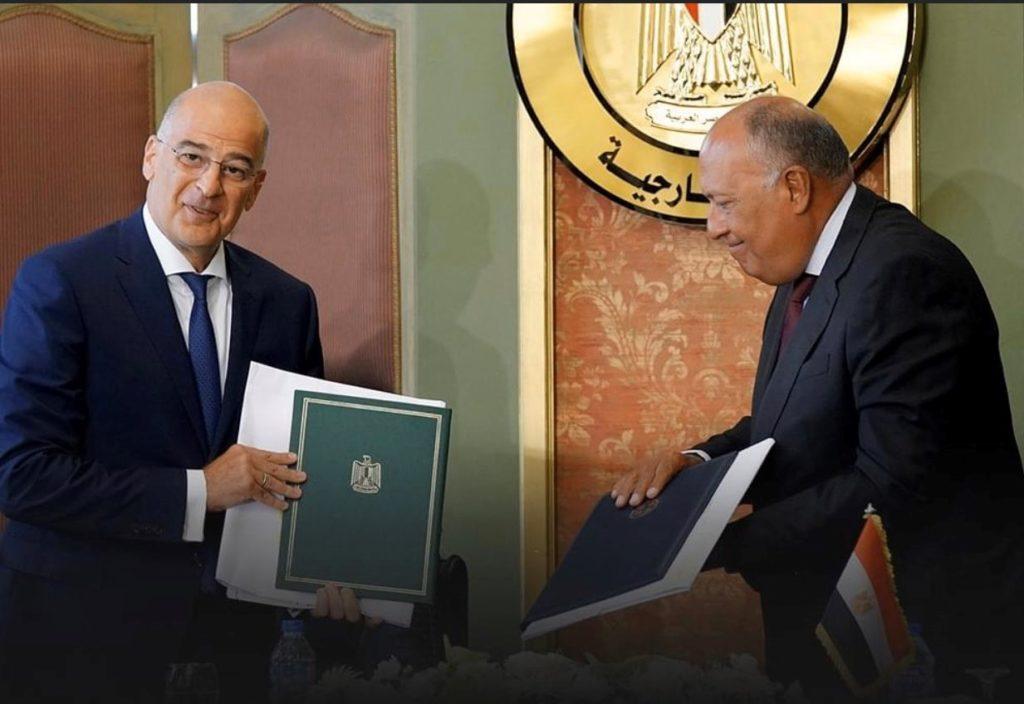 Un momento della firma dell'accordo tra Grecia ed Egitto del 6 agosto. Nella foto (a sinistra) il ministro degli Esteri greco Nikos Dendias e (a destra) il suo omologo egiziano Sameh Shoukry. (Foto da: Twitter)