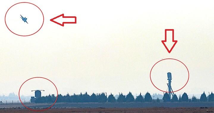 Un momento dei test in corso con gli S-400  presso la base turca di  Myurt, nei pressi di Ankara. I circoletti rossi evidenziano un aereo (F-16 o F-4E) e due sensori appartenenti al sistema di difesa aerea russo: a destra si nota il radar di ricerca e acquisizione 96L6E, montato su  mast.  Rosoboronexport S-400 Turchia  Rosoboronexport S-400 Turchia  Rosoboronexport S-400 Turchia  Rosoboronexport S-400 Turchia