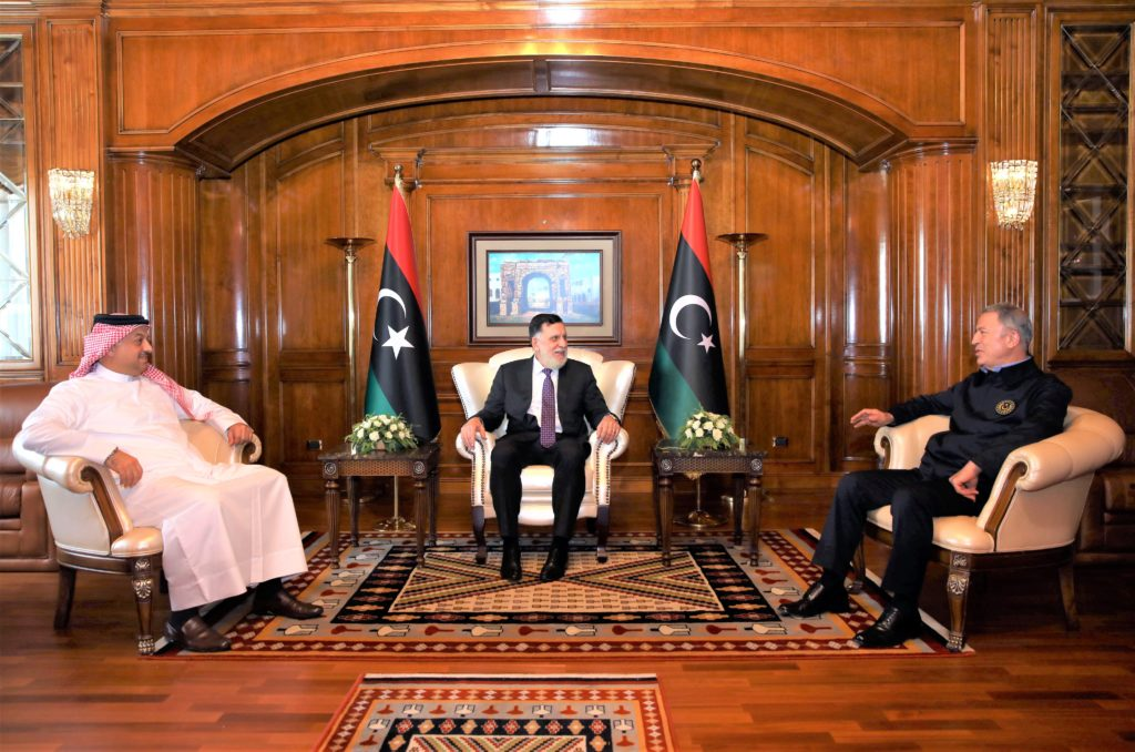 L'incontro trilaterale tenutosi il 17 agosto 2020 tra (da sinistra) il ministro della Difesa del Qatar, Khalid bin Mohammed al-Atiyya, il presidente del GNA, Fayez al-Serraj e il ministro della Difesa turco, Hulusi Akar. (Fonte: Account Twitter del Ministero della Difesa turco)