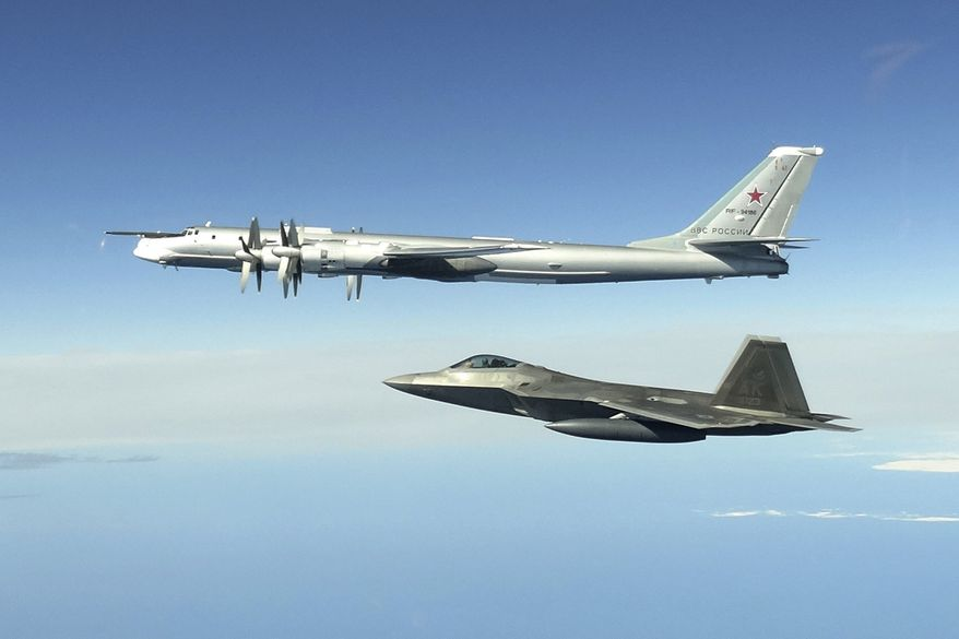 Un F-22 dell'USAF scorta un bombardiere russo Tu-95 al largo delle coste dell'Alaska, lo scorso 16 giugno 2020. Altri Raptor sono decollati il 27 agosto per intercettare tre gruppi di aerei da pattugliamento marittimo Tu-142. (NORAD)