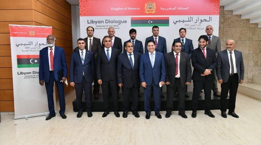 Il ministro degli Esteri marocchino, Nasser Bourita, al centro fra le due delegazioni libiche dei governi di Tripoli e Tobruk.
