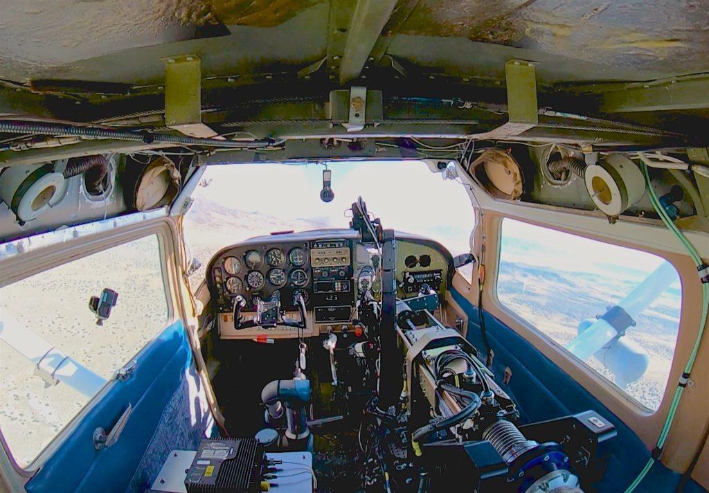 La cabina di pilotaggio del Cessna 206 dopo l'installazione del sistema ROBOpilot di DZYNE Technologies Inc.  Air Force ROBOpilot volo   Air Force ROBOpilot volo   Air Force ROBOpilot volo