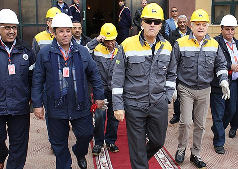 L'amministratore delegato di ENI Claudio Dscalzi durante una visita in Egitto al team che lavora al giacimento Zohr. (Foto da ENI)