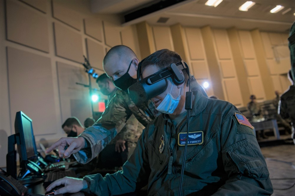 Personale dell'US Air Force presso la Joint Base Andrews testa visori per la realtà virtuale nell'ambito dell'esercitazione con l'Advanced Battle Management System (ABMS), il 2 settembre 2020. (U.S. Air Force photo by Senior Airman Daniel Garcia)  Stati Uniti test nuovo ABMS  Stati Uniti test nuovo ABMS   Stati Uniti test nuovo ABMS