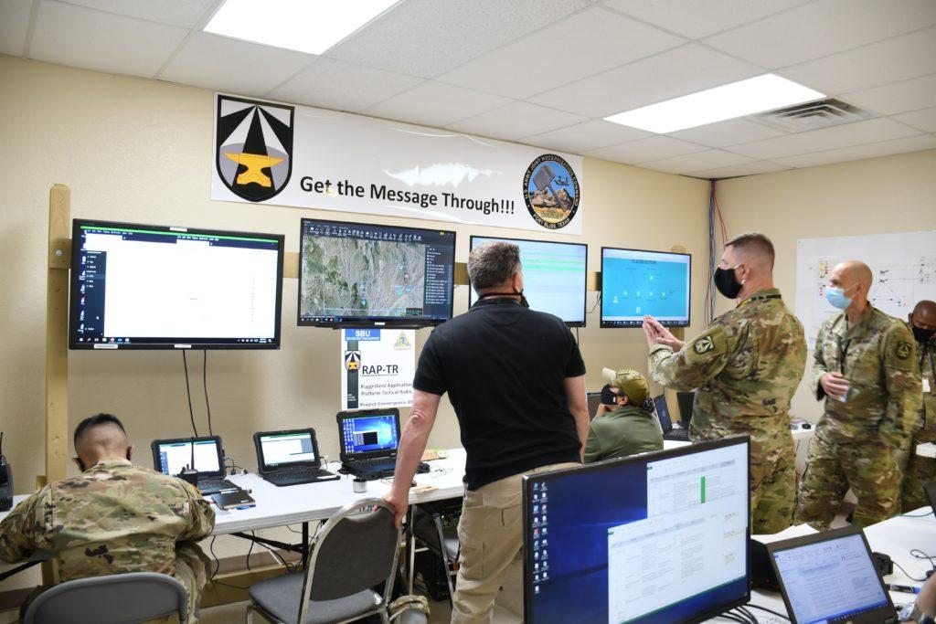 """Operatori del network realizzato dall'US Army per migliorare le proprie capacità di targeting riducendo la durata del ciclo """"sensor-to-shooter""""."""