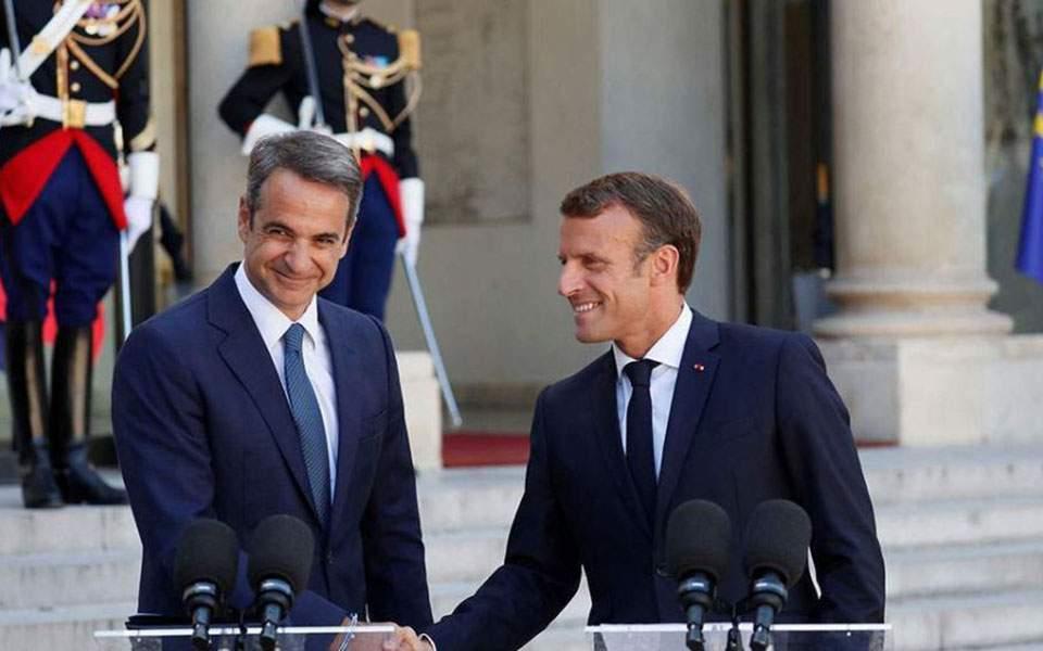 Il primo ministro greco Kyriakos Mitsotakis (a sinistra) e il presidente francese Emmanuel Macron (a destra) si incontreranno a margine del vertice dei leader dell'Europa meridionale (MED 7) il 10 settembre in Corsica. (Foto da Ekathimerini)