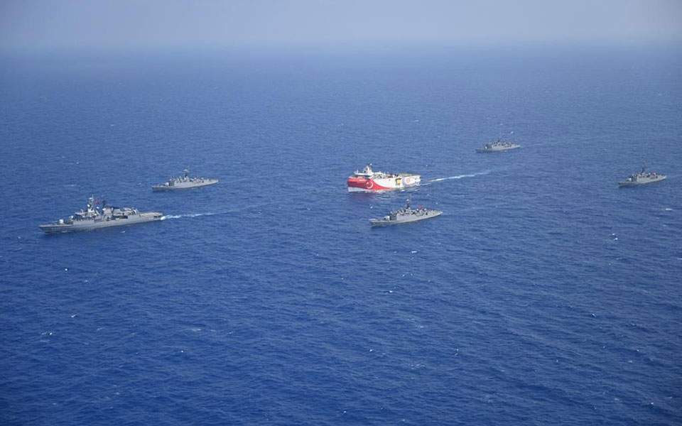 La nave di ricerca sismica Oruc Reis, accompagnata da navi da guerra, che si avvicina all'isola greca di Kastellorizo. (Foto da Ekathimerini)  Grecia difesa    Grecia difesa