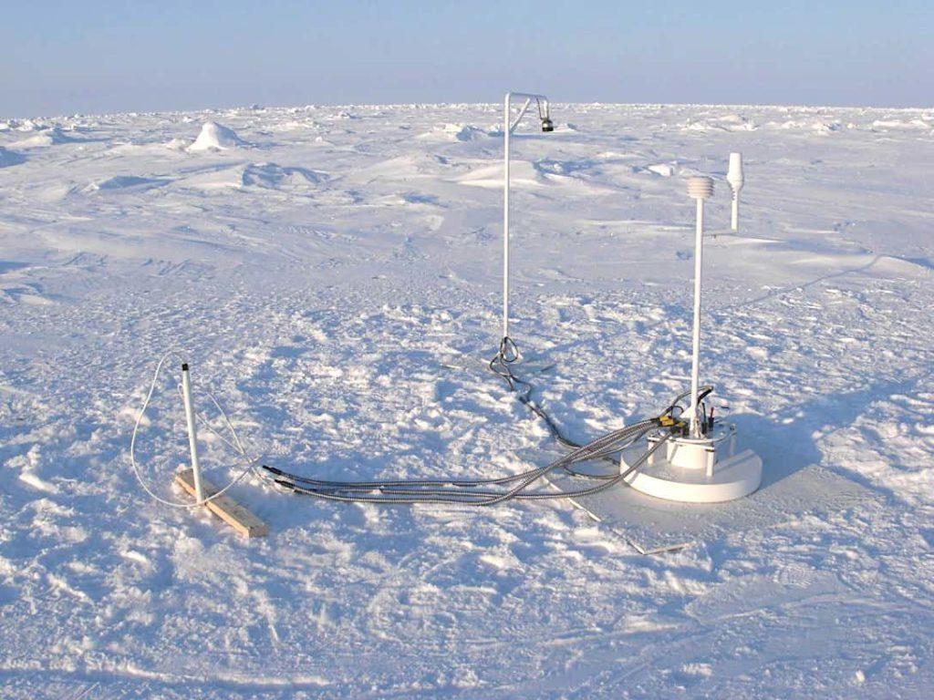 La parte in superficie di una Ice Mass Balance Buoy: questa boa, già impiegata per misurare le variazioni nel ghiaccio polare, potrebbe essere utilizzata anche per piazzare i sensori e i nodi per le comunicazioni del sistema AMOS. (US Army)